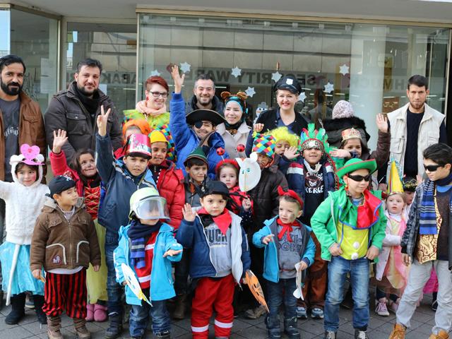 Flüchtlinge und Ehrenamtliche feiern Karneval